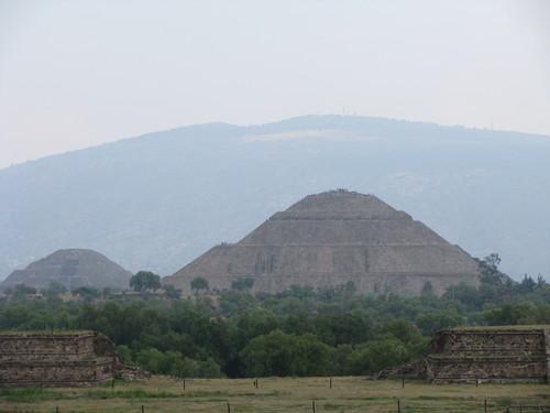 Teotihuacan , v popředi je pyramida Slunce, v pozadi pyramida Měsice a proti této je třida mrtvých